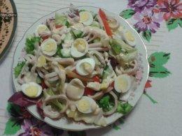Салат из кальмаров с перепелиными яйцами