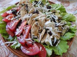 Куриный салат с помидорами и авокадо