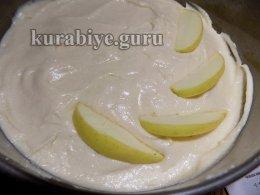 Нежный пирог с яблоками и черникой