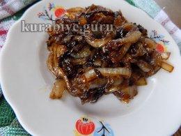 Гороховое пюре с колбасками и карамелизированным луком