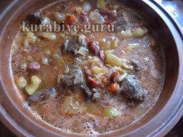 Говядина тушеная с овощами и копчёными колбасками