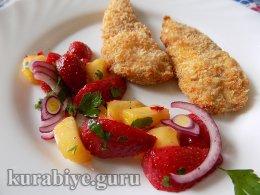 Запечённая куриная грудка с клубнично-манговой сальсой