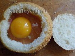 Вбиваем яйцо в булочку