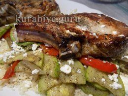 Свиная котлета с кускусом и овощами