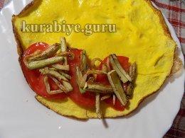 Курячий салат з овочами в омлеті