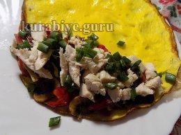 Куриный салат с овощами в омлете
