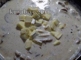 Доводим соус с грибами и сыром бри до кипения