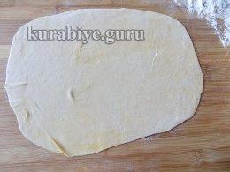 Раскатываем тесто в тонкий пласт