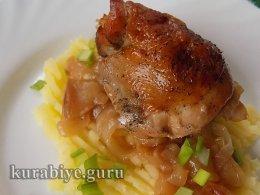 Курица тушеная с яблоками и луком