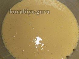 выливаем тесто в подготовленные формы