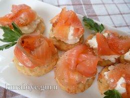 Канапе на сырном печенье с лососем