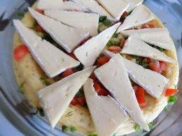 Посыпаем зеленью, томатами и выкладываем сыр