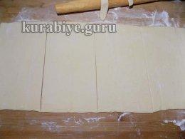 Нарезаем раскатаное тесто на пласты