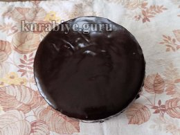 Верхний корж заливаем шоколадной глазурью