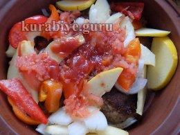 Поливаем томатным соусом кёфте и айву