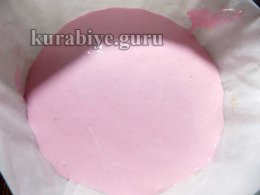 Выливаем третью часть вишнёвого крема