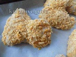 Панируем крылышки в смеси чипсов и сухарей
