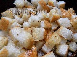Перемешиваем чиабатту с ароматным маслом