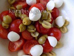 Смешиваем томаты, моцареллу и оливки