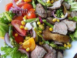 Стейк салат с говядиной, томатами и спаржей