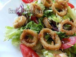 Салат с жареными кальмарами