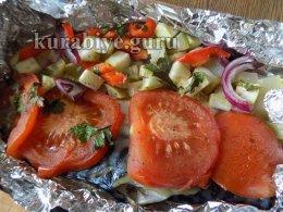 Запечённая скумбрия с овощами и соусом из зелени