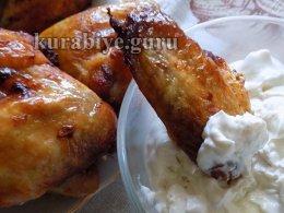 Куриные крылышки запечённые в духовке с соусом из голубого сыра