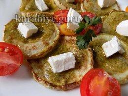 Кабачки и томаты с фетой и базиликовым песто