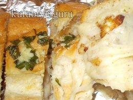 Чесночный багет с сыром и курицей