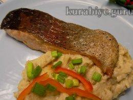 Пряный лосось с фасолево-баклажановым пюре