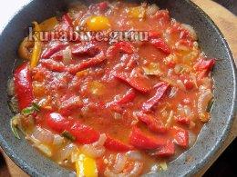 Пряная курица тушеная в томатном соусе
