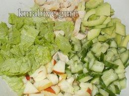 Салат с авокадо, курицей и огурцом