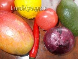 Свиная котлета на косточке с чатни из авокадо и манго