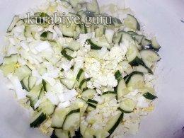 Салат из пекинской капусты с пирожками