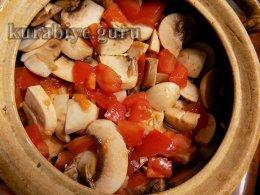 Свинина тушеная с овощами и грибами в горшочке