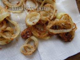 Скумбрия жареная с луком пореем и колбасками