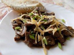 Почки с грибами в сметанном соусе