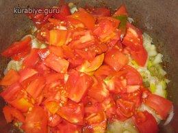 добавляем нарезанные томаты