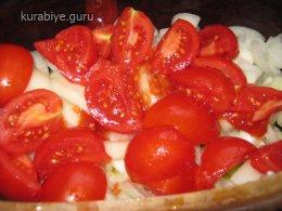 Выкладываем слой лука и томатов