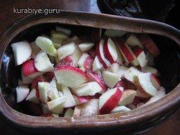 Курица тушеная с яблоками и луком, рецепт