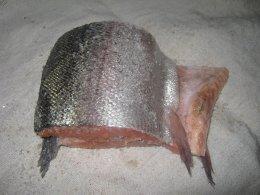 Обсыпаем красную рыбу смесь соли, сахара и перца