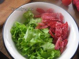 Коктейльный салат с салями, моцареллой и горошком