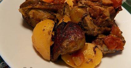 Тушеная говядина с овощами и зелёным горошком