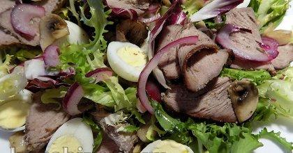 Салат с говядиной, грибами и перепелиными яйцами