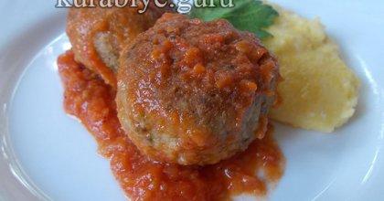 Куриные фрикадельки с сырной полентой и томатным соусом