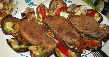 Мясо, запечённое в духовке, с овощами и зеленым соусом