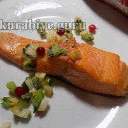 Запечённый лосось с сальсой из киви и груши