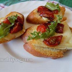 Кростини с вялеными томатами и сыром бри