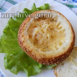 Яичница с колбасой в булочке