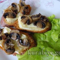 Гренки с грибами и сыром бри
